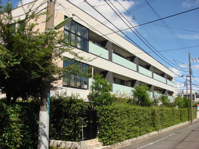 外観:一種低層の閑静な住環境に佇むタイル貼の外観