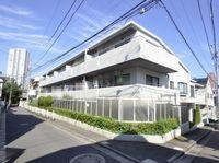 外観:閑静な住環境に佇む低層3階建てタイル貼の外観