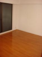 洋室:約8帖の洋室にも室外機置場・吹抜け構造になっており履き出しの窓付