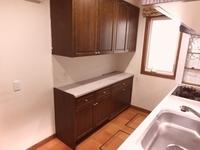 キッチン:システムキッチンと同一面材のキャビネット