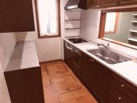 キッチン:テラコッタタイル調の床、床下収納2箇所
